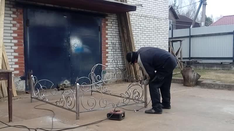 Витюлька делает оградку для т. Оли.