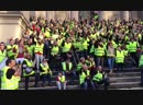 Les gilets jaunes chantent la Marseillaise sur les marches du palais de justice à Carcassonne