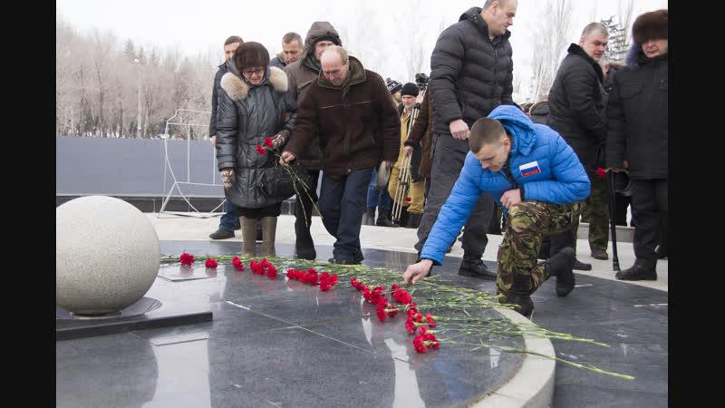 В память о героях Афганской войны омичи принесли сотни гвоздик к мемориалам