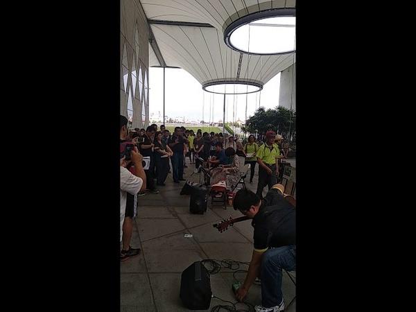 街頭藝人考試-古箏與吉他演唱飄向北方。