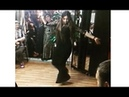Танцует молодая цыганка