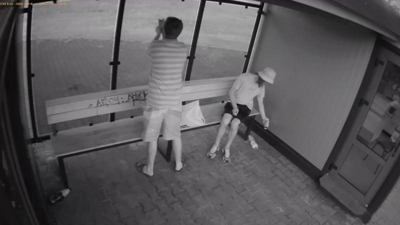 Камера видеонаблюдения засняла хулиганов в Бресте которые разрисовали остановку Технический университет
