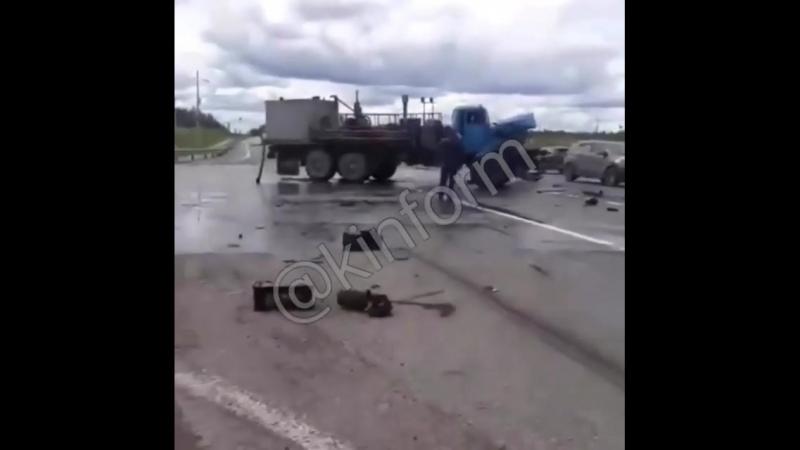 под Пыть-Яхом столкнулись два грузовика