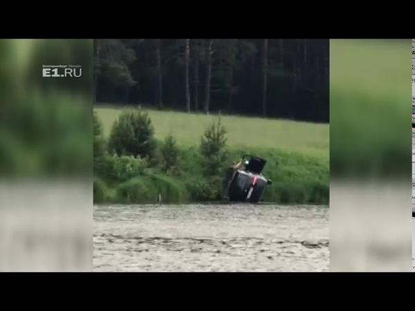 Снесло вниз перевернулись падая в Свердловской области Nissan влетел в озеро на полном ходу