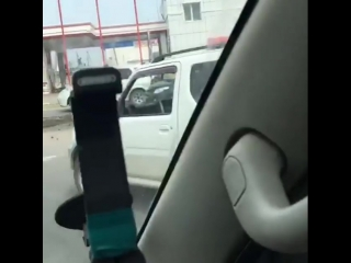 На круговом перекрестке Покровский тракт — Автодорожная манипулятор (внимание) обронил на дорогу шлакоблоки