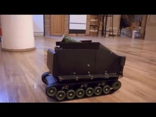 Разработчик из Венгрии создал игрушечный танк с голосовым управлением, для доставки пива.