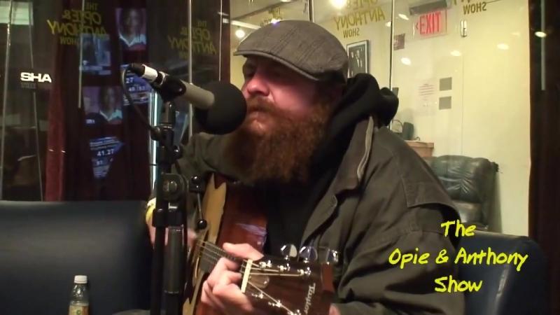 Бомж по имени Горчица поет и играет на гитаре песню Radiohead Creep