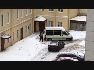 В Петербурге сняли на видео, как двое неизвестных на тонированном микроавтобусе воруют снег