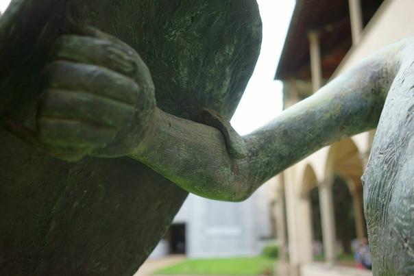«Воин со щитом» (19531954) одна из самых известных работ английского скульптора, ветерана Первой мировой войны Генри Мура Одна из шести существующих копий была подарена скульптором Флоренции по