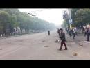 Ukraina BMP przejezdzaja przez barykade Mariupol
