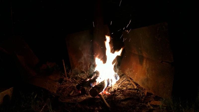 Затухающее пламя костра Для медитаций
