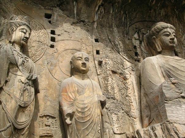 Гроты Лунмэнь в Китае Лунмэнь (в переводе «Каменные пещеры у Драконовых ворот») - пещерный буддийский храмовый комплекс в китайской провинции Хэнань, в 12 км к югу от Лояна. Один из трех