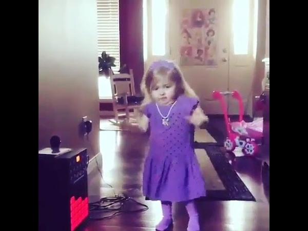 Маленькая девочка поёт Селена Гомез