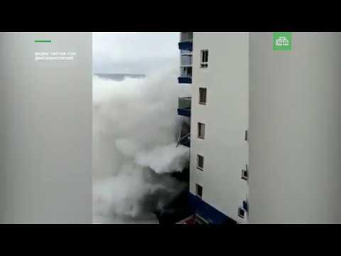 На Тенерифе гигантские волны сносят балконы многоэтажек