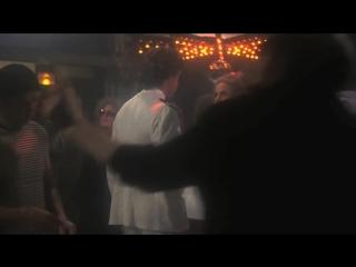 Аэроплан    Airplane  (1980) Танец   Bee...in' Alive (720p).mp4