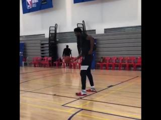 Джоэл Эмбиид играет с юным баскетболистом