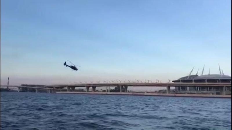 Пролетевшего под мостом на вертолете лихача заметили на аэродроме в Гостилицах