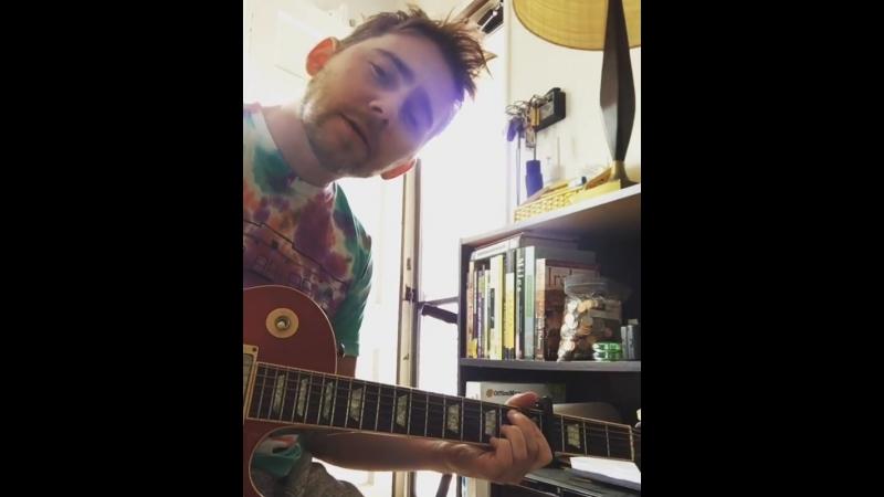 Эллиот Шварцман исполняет песню своего сочинения