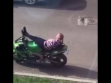 Девушка попрыгала на чужом мопеде