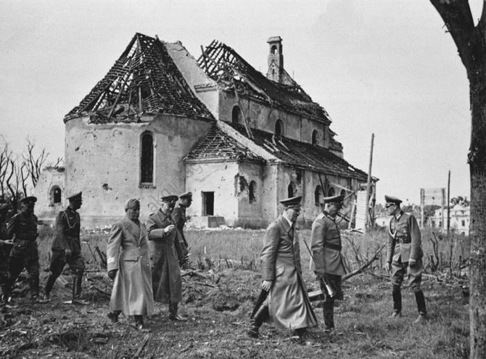 Адольф Гитлер и Бенито Муссолини на фоне гарнизонного клуба Брестской крепости, 26 августа 1941 года