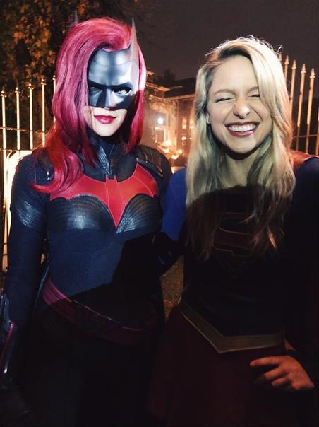 Руби Роуз в образе Бэтвумен на совместном фото с Супергёрл