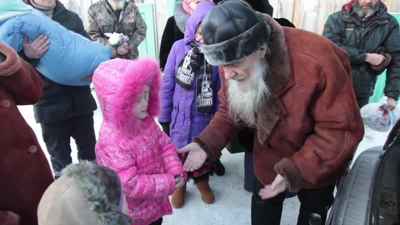 Батюшка дарит подарки на Волоке 21.01.2016