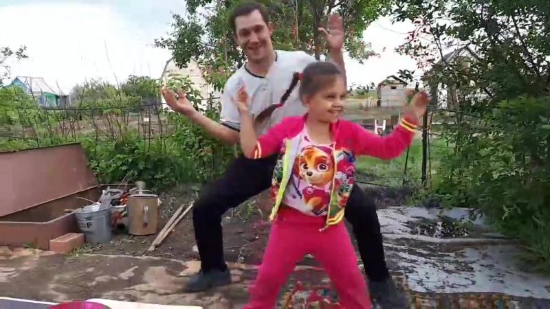 Папа с дочкой танцуют танец Крабов