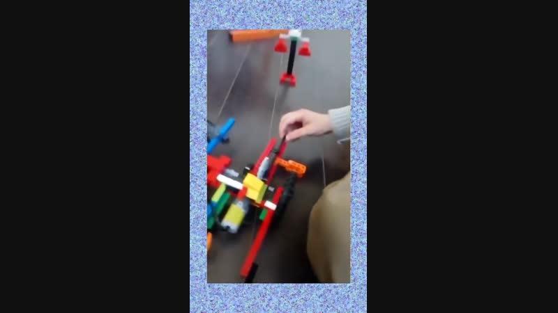 Ребенок - творец роботов! Мальчик показывает свою работу