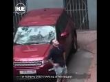 В Москве неадекват разгромил чужое авто