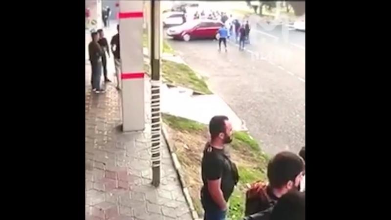 Видео с камер Москва утро Неадекватный водитель проиграв в драке садится в машину и на большой скорости сбивает 10 челове