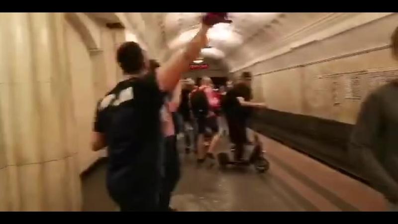 российские фанаты разбили фонарь в метро