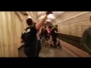 Российские болельщики разбили в метро фонарь, а стражи порядка потупившись пошли дальше. Это не школьников на митингах разгонять