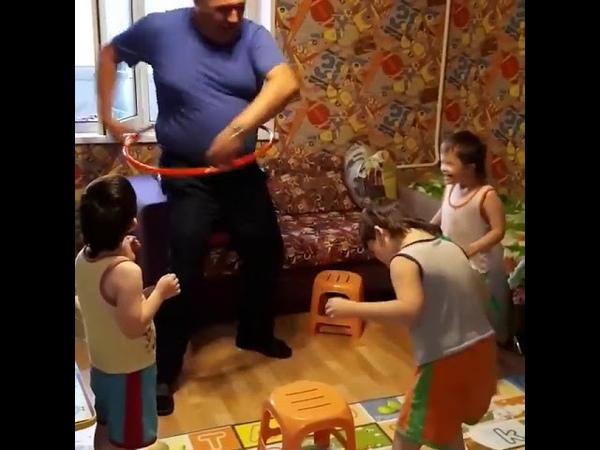 Танец живота от папы с халахупом,дети в восторге