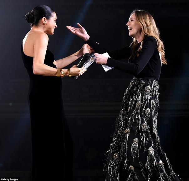 Меган Маркл посетила British Fashion Awards 2018 Меган Маркл появилась на церемонии вручения премии Fashion Awards-2018, которая прошла вчера вечером в лондонском Royal Albert Hall. Участие