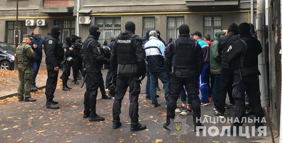В центре Киева полиция окружила и задержала группу людей в балаклавах