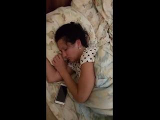 Проститутка валяется пьяная на постели и даже на хозяйку не реагирует