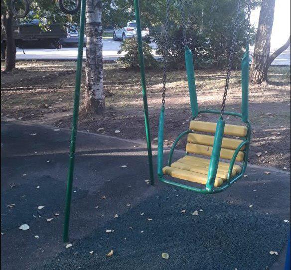 Резиновое покрытие отремонтировали на детской площадке во дворе на Алтушке