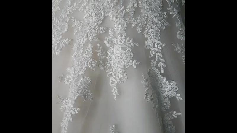 Нюдовый фатин и уникальные кружевные аппликации удлиняют силуэт и делают образ очень привлекательным. Шикарное платье AGNESSA