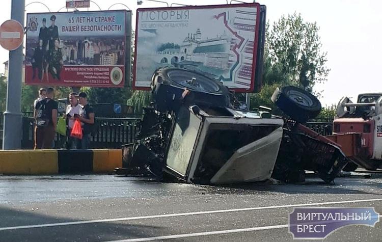 В результате опрокидывания трактора пострадали два человека