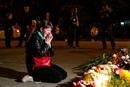 Жители Керчи несут цветы и свечи к зданию политехнического колледжа…