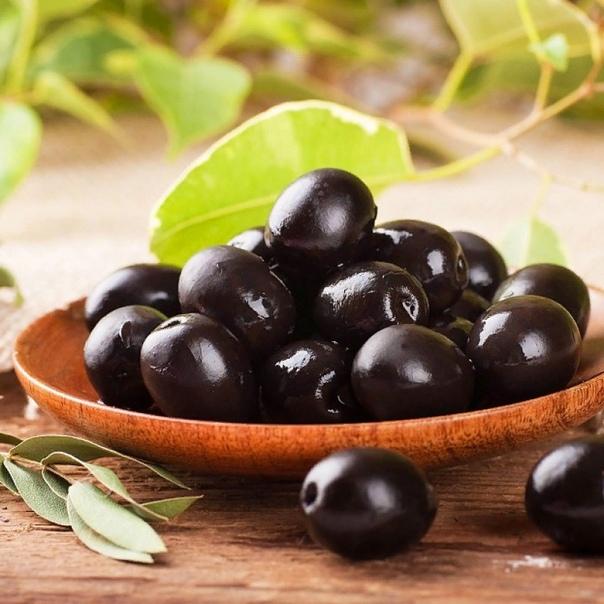 Разница между оливками и маслинами Оливки и маслины это плоды оливкового дерева. Для многих людей существует трудность в различении этих косточковых, в выборе того или иного продукта для