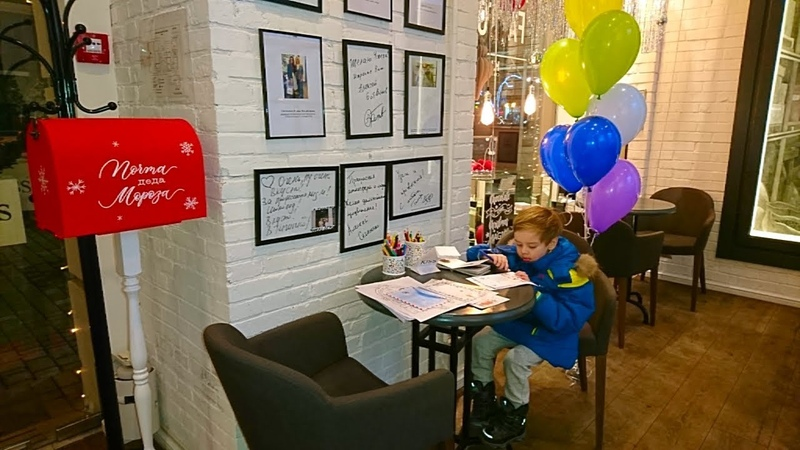 Почта Деда Мороза.Риша пишет письмо в магазине Kiss Chocolate Кушаем вкусняшки