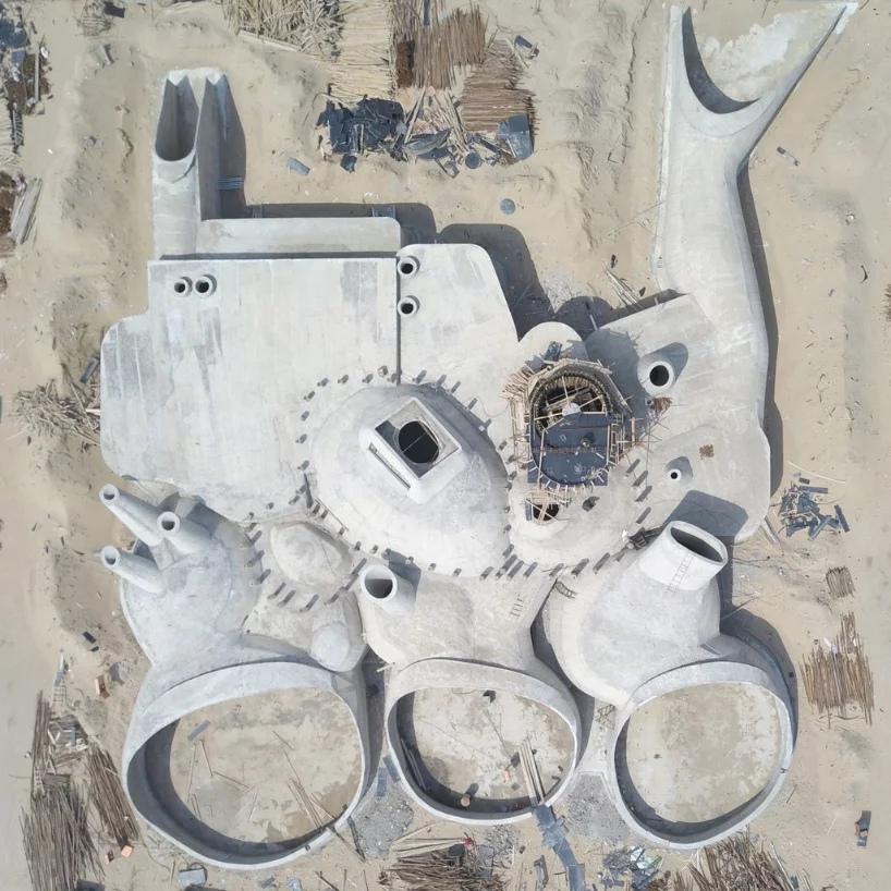 Здание внутри дюны