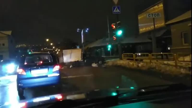 После столкновения двух автомобилей улицу Чапаева засыпало рыбой