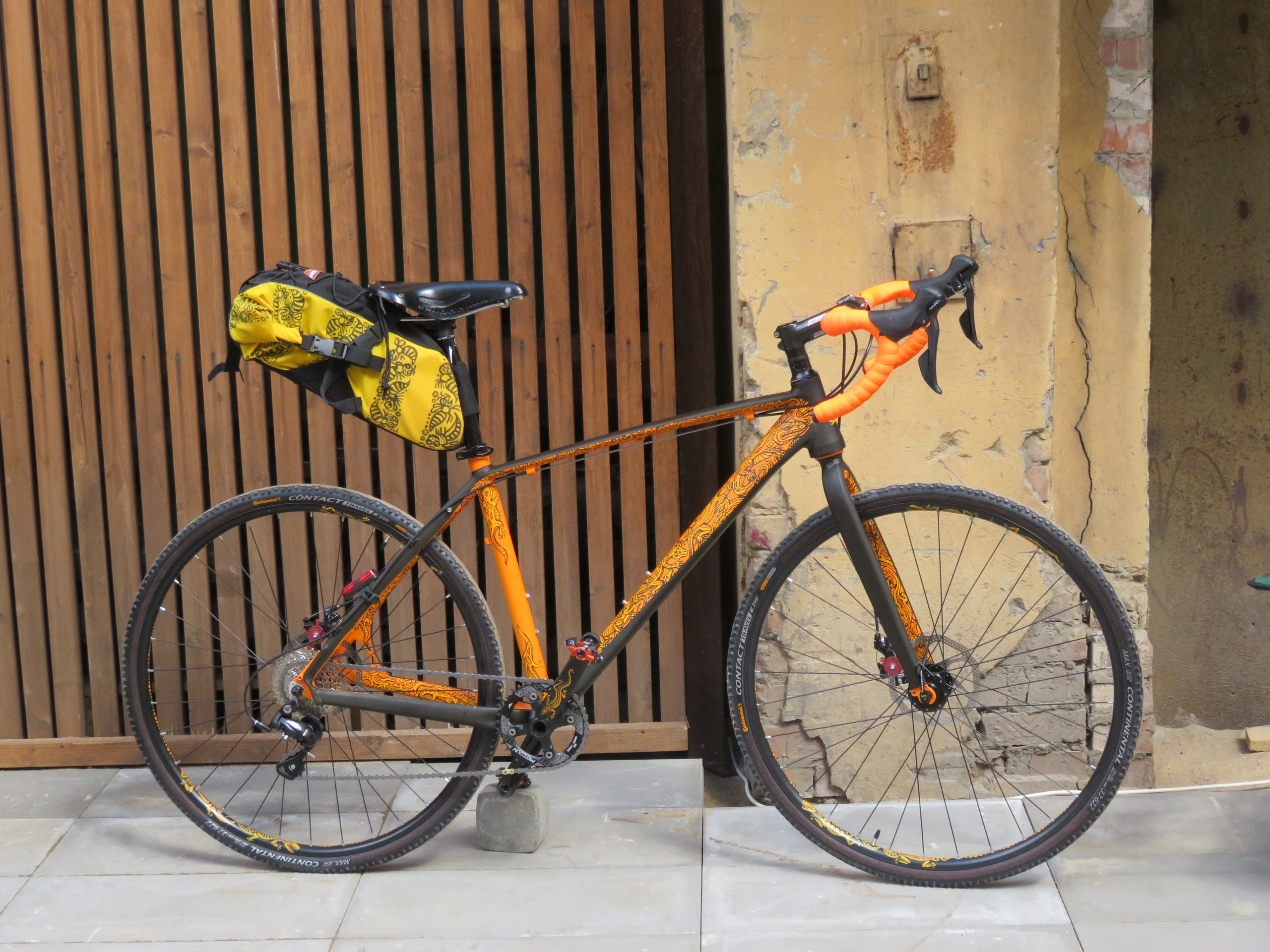 Велосипед с подседельной сумкой