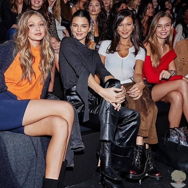 Сегодня состоится показ Victoria's Secret, а вчера модели посетили финальную репетицию перед ответственным днем. Фотографы только и успевали щелкать объективами: на один вечер главная улица Нью-Йорка превратилась в гигантский подиум.