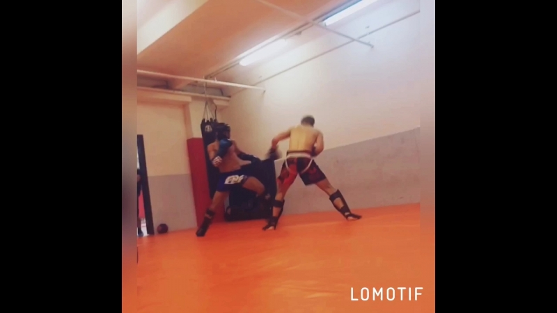 Айхан Мамедов в шлеме оттачиваем технику ног