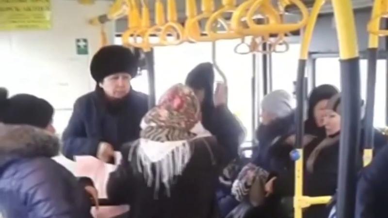 Кондуктор выгнала бабушку из автобуса.