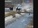 В Китае полицейские спасли ребенка, упавшего в бурную реку.