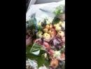 Букет из нектаринов в сочетании белых роз и спелого граната 🌹